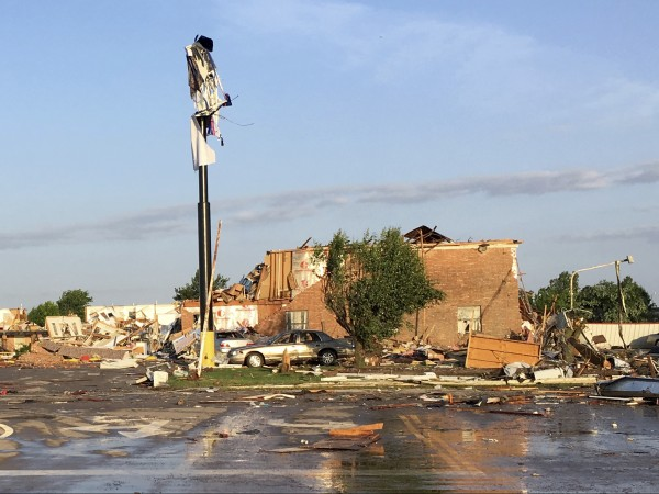 Двама души загинаха в торнадо, което разруши хотел в град