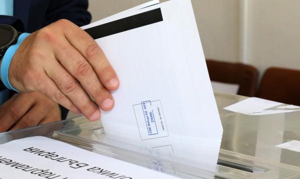 """Още бюлетини към Гърция, """"ваканцуващи"""" напират да гласуват"""