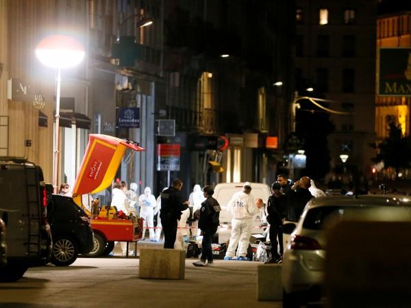 Трима души са задържани във връзка с разследването на бомбеното