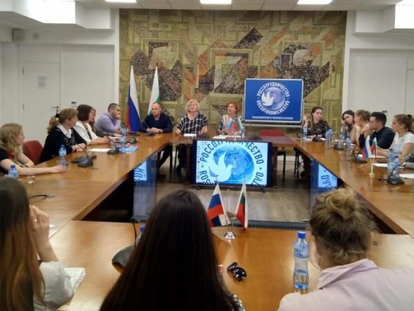 Студенти, изучаващи журналистика и филология, в различни университети на България,