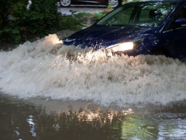 Много места в Пловдив са под вода, екипи работят усилено