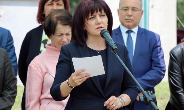 """Караянчева се поклони пред жертвите в лагера """"Белене"""""""