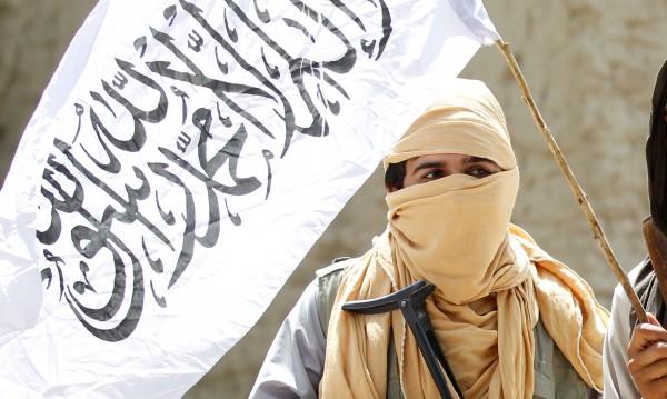 Двойнственият живот на талибаните: От селфи стика... до оръжието в ръка
