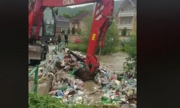 Цял свят се смее на сърбите: Багер прехвърля боклука в реката