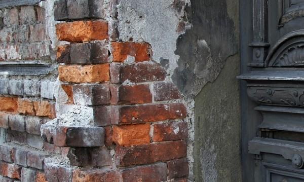 Мазилка от блок премаза крака на тийнейджър в Пазарджик