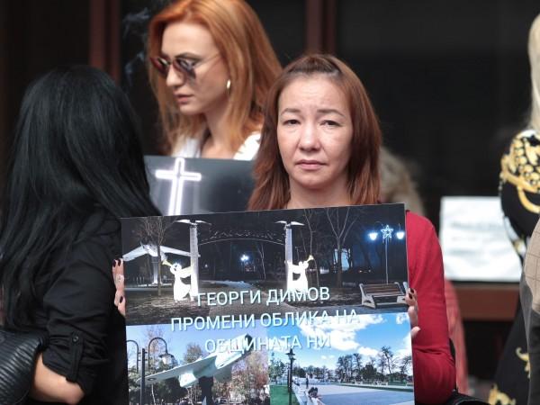 Жители на Божурище излязоха на протест пред специализираната прокуратура в