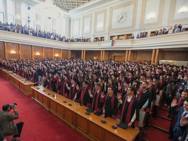 "Абсолвентите по право на Софийския университет ""Св. Климент Охридски"" положиха"