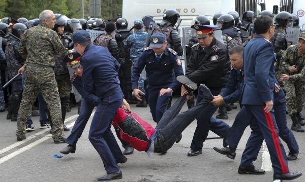 500 задържани в Казахстан при протести в изборния ден