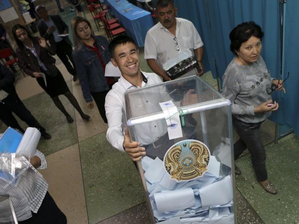 Изпълняващият длъжността президент на Казахстан Касим-Жомарт Токаев води на днешните