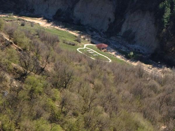 Чуждестранни групи туристи търсят забравени съкровища в планината над дупнишкото