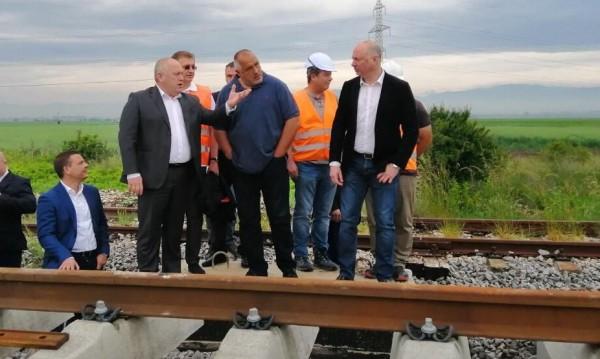 f816e5a0e1e Борисов с влака трака-трака... над час по-малко път до Пловдив ...