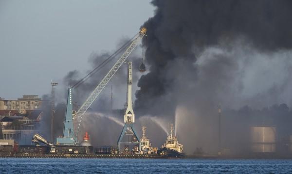 Трима загинаха при взрив на танкер в Дагестан