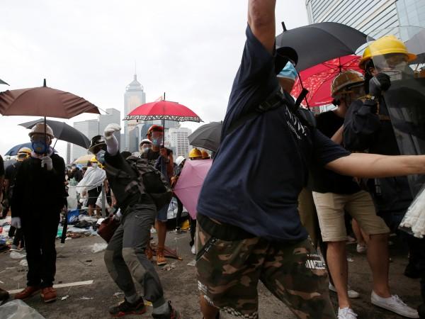 Полицията в Хонконг използва сълзотворен газ и палки, за да