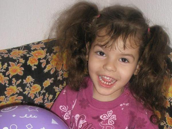 Лъчезарната и любопитна Симона е 10-годишно дете с детска церебрална