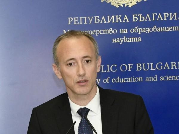 Според просветния министър Красимир Вълчев е нужно специално обучение, за