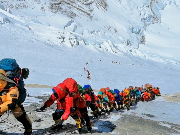Общо 659 души са покорили връх Еверест този пролетен сезон,