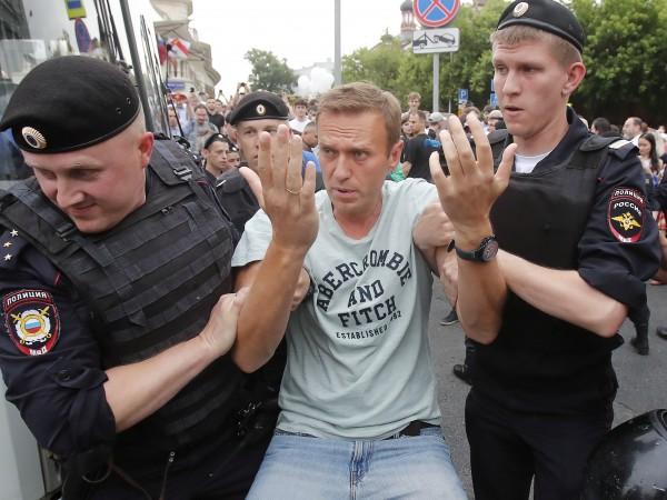 Блогърът Алексей Навални съобщи снощи, че е освободен от полицията,