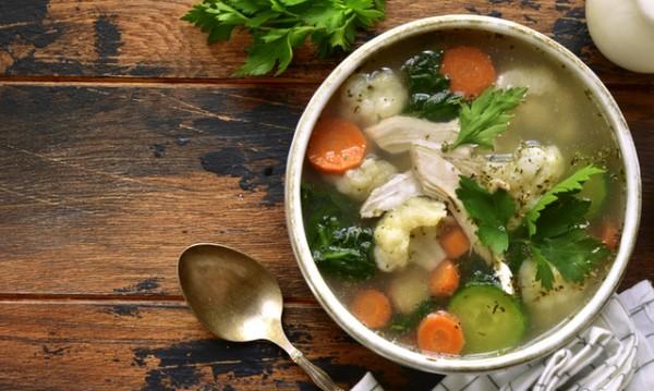Рецептата Dnes: Супа с пиле, тиквички и карфиол