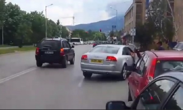 Закопчаха мъжа, влачил жена с колата си в Студентски град