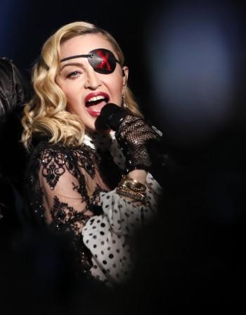 Mадона с провокативна реклама на албума си