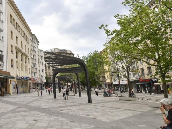 """Бус събори стълб на новоремонтираната столична улица """"Граф Игнатиев"""". Кадрите"""