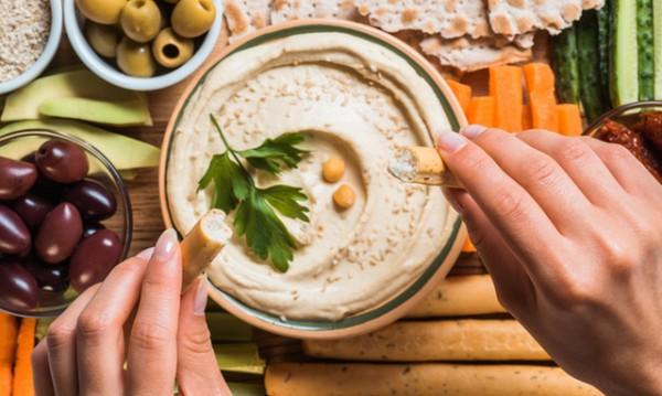 Рецептата Dnes: Хумус с пармезан и чесън