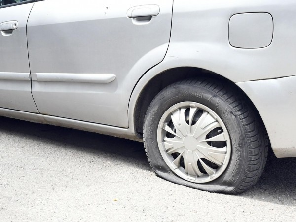 Пукането на гуми в столицата продължава. Този път пострадали са