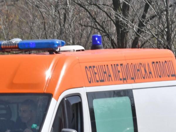 Двама пътни работници и водач на лек автомобил са пострадали