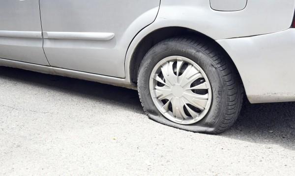 """10 коли осъмнаха с нарязани гуми в столичния """"Хаджи Димитър"""""""