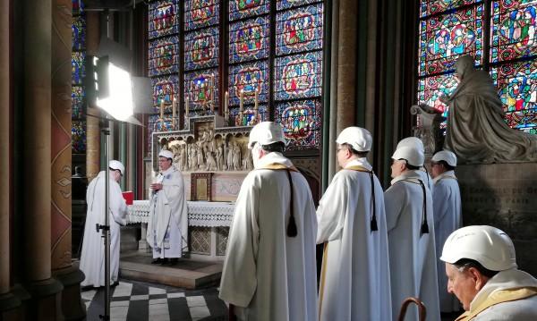 Първата литургия в Нотр Дам... с каска на глава