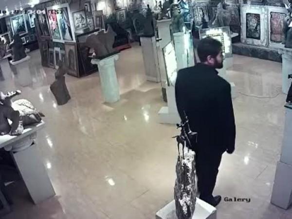 Крадец отчупи част скулптура на Ставри Калинов от галерията му.
