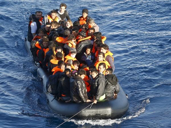 Осем мигранти загинаха при потъване на надуваема лодка край турския