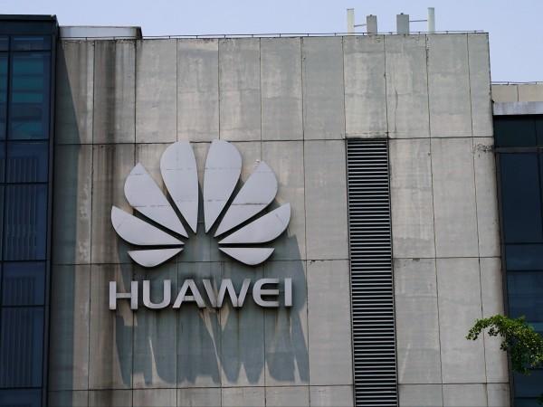 Продажбите на Huawei се сринаха с 40% след като компанията