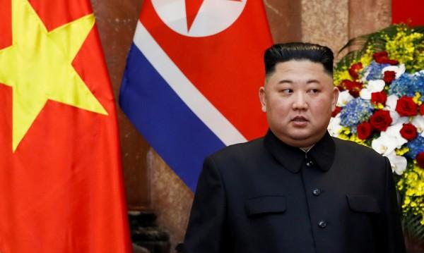 Малкият диктатор Ким – с ушички на Мики Маус и пистолет на колана