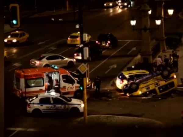 """Tежка катастрофа между две таксита стана на кръстовището на """"Орлов"""