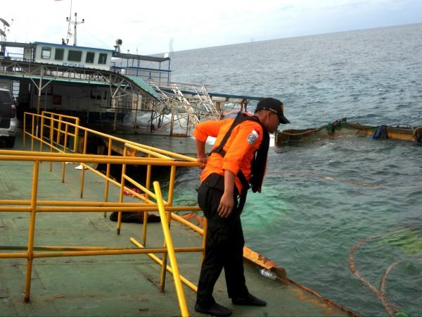 Най-малко 15 души загинаха при потъване на ферибот край индонезийския