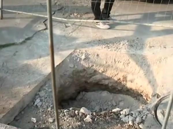 Дупка с дълбочина 3 метра зее необезопасена на оживено място