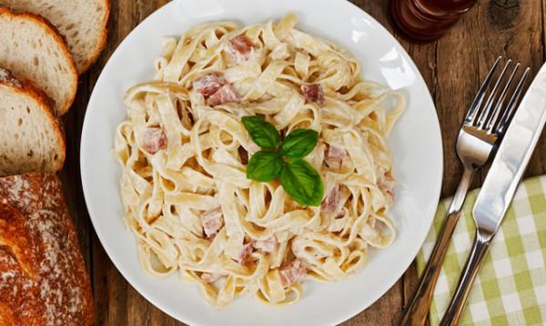 Рецептата Dnes: Фетучини карбонара с лук и сметана