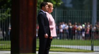 Жега, дехидратация... И треперещата Меркел. Добре ли е канцлерът?