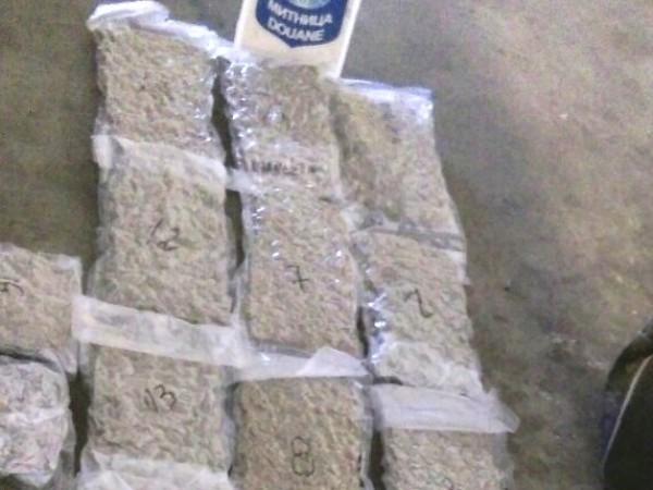 Митническите служители откриха и задържаха близо 9 кг марихуана при