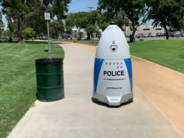 Полицията в Южна Калифорния приветства робот в своя отдел. Той
