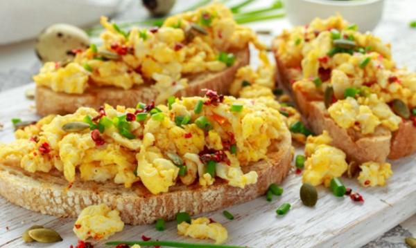 Рецептата Dnes: Бъркани яйца с лук и чушка