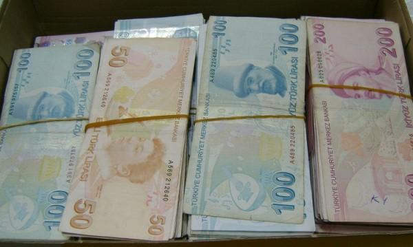 Скрити в обувки, чанти...митничари спипаха 200 000 турски лири