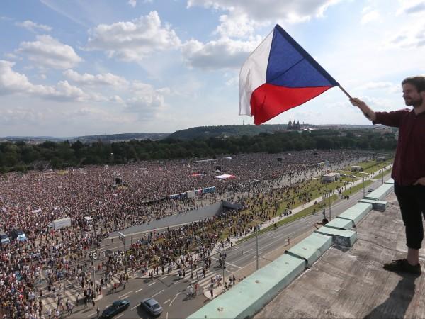 Хиляди чехи излязоха днес в Прага на протест с искане
