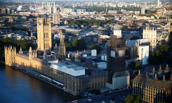 Евакуираха британския парламент заради противопожарна тревога