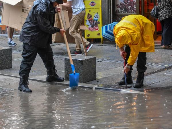 """Поройният дъжд над София този следобед наводни част от ул.""""Солунска"""""""