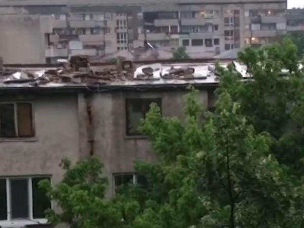 Бурята в Пловдив отнесе покрива на кооперация. Цялата покривна конструкция,