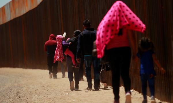 Седем мигранти починаха от жегите на американската граница