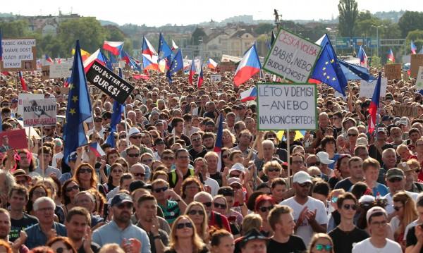 Чешкият премиер ще оцелее въпреки масовите протести, но колко още?