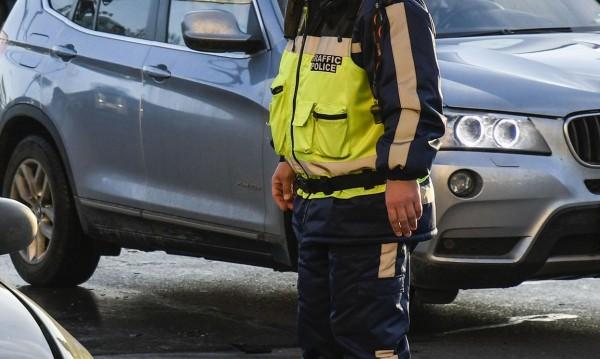Шофьор на микробус се ядоса на проверка и блъсна полицай